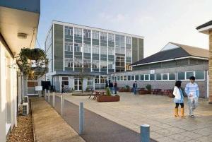 Menor kampus u okviru kojeg se održava nastava deo je koledža Belerbis i nalazi se u jednom od najlepših delova Kembridža