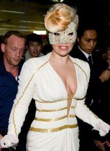 Lejdi Gaga sa bisernom maskom