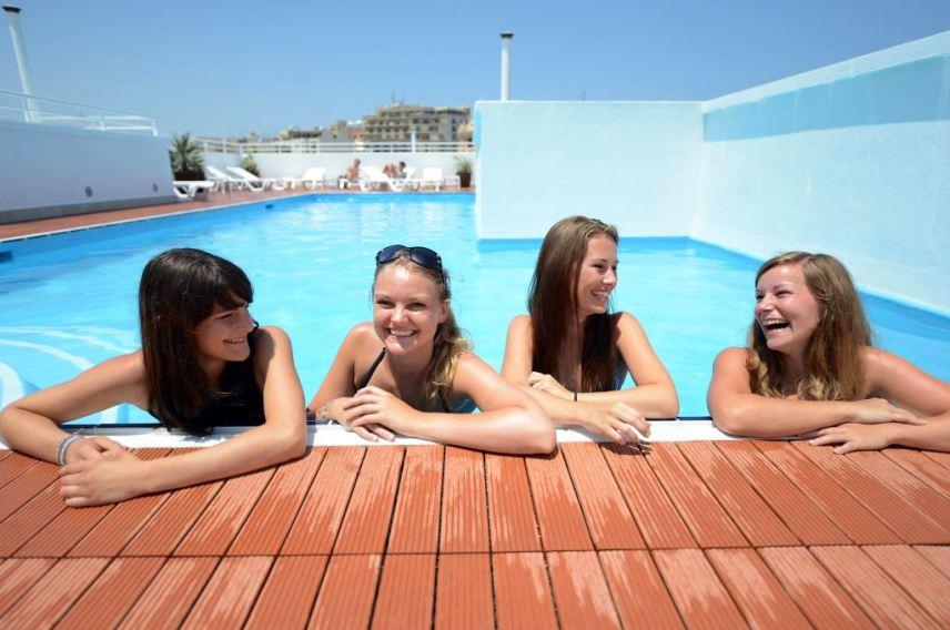 Verbalisti na bazenu na krovu hotela Days Inn