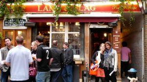 Verbalisti ispred cuvenog paba Lamb and Flag u Londonu