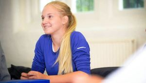 Mlada teniserka polaznica jezicke mreze Verbalisti u Nike skoli tenisa
