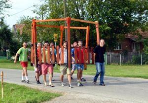 Volonteri prave letnjikovac i uređuju plato u Donjoj Toponici