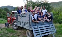 Volonteri sveta uce srpski jezik, kolo i voze se u traktoru