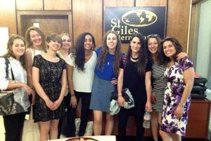 Laura sa koleginicama u školi St. Giles u Londonu