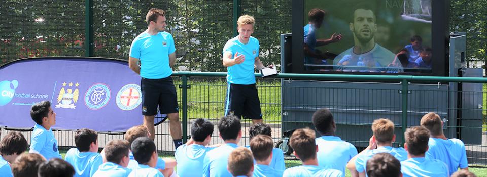 Interaktivna nastava i ucenje engleskog u ucionici i na terenu, skola fudbala Manchester City
