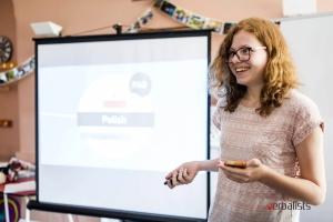 Nadia, polaznica jezičke mreže iz Poljske, drži prezentaciju na engleskom o