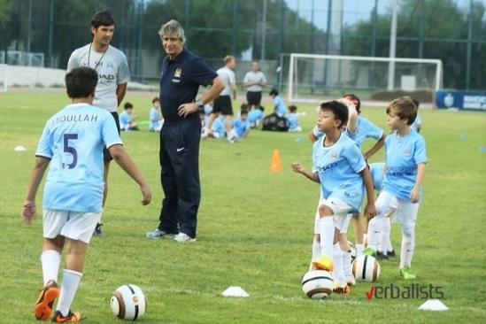 menadzer-mancester-sitija-na-treningu-najmladjih-polaznicka-skola-fudbala-manchester-city-verbalisti
