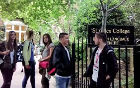 Polaznici jezičke mreže ispred škole pre početka časova engleskog jezika