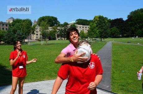 Ludo i nezaboravno tokom aktivnosti u okviru kampusa, letnji kamp engleskog u Njujorku